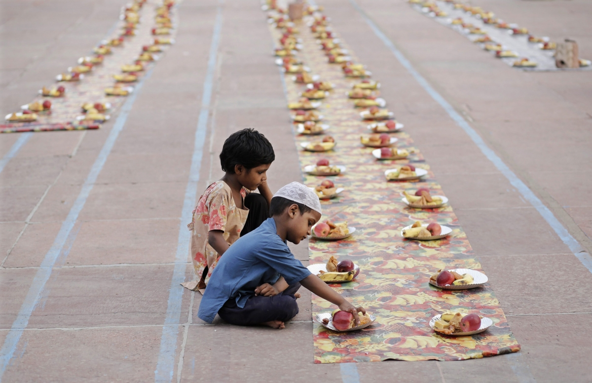 2 children taking iftar food